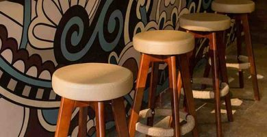 Taburete de bar de madera y asiento acolchado
